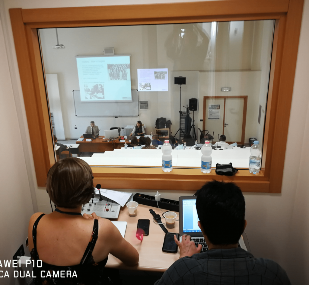 Servizio Interprete Eseguito in cabina Insonorizzata fono isolante e fono assorbente consente la Traduzione Simultanea in qualsiasi tipo di ambiente